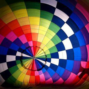 spalvotas oro balionas margas