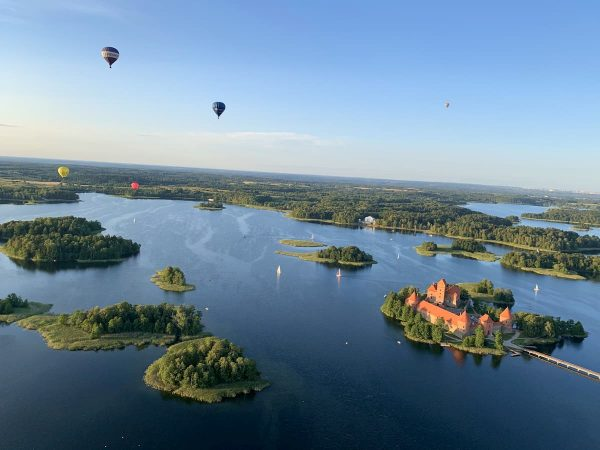 Oro balionai skrenda virš Trakų pilies ir Galvės ežero