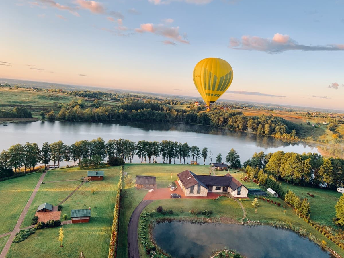 Oro balionas skrenda prie ežero