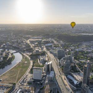 Du oro balionai skrenda Vilniuje šalia Baltojo tilto pievos