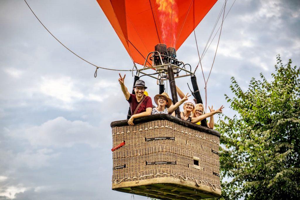 Laimingi žmonės skrendantys oro balionu